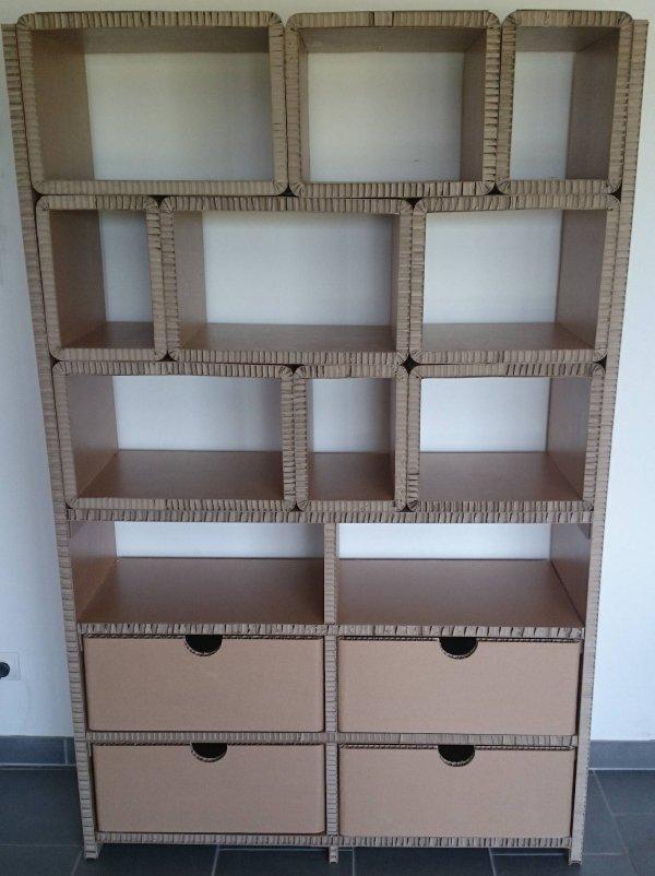 Étagère avec cubes et tiroirs en carton