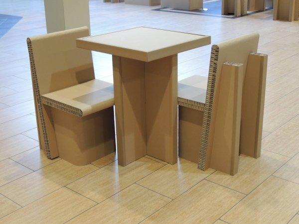 Table et 2 chaises en carton