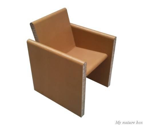 Fauteuil en carton recyclé avec accoudoir.
