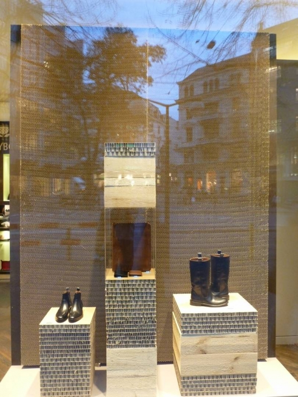 Aménagement de vitrine en carton. Petit mobilier 100% carton
