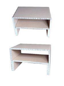 Table basse en carton avec tablette de rangement.