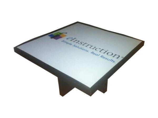 Table avec pose d'un adhésif sur le plateau